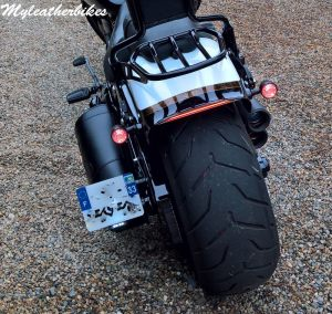 Sacoche SO02 sur Softail Breakout Pro street CVO (1)